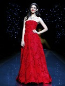 Victoria Justice presents a creation by Oscar de la Renta for the The Heart Truth Fall 2014 collection during New York Fashion Week