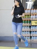 Kylie-Jenner-in-Ripped-Jeans-4