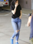 Kylie-Jenner-in-Ripped-Jeans-8