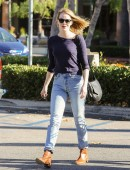 Emma-Stone-at-Grocery-Shopping-at-Ralph's-in-Malibu-3