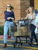 Emma-Stone-at-Grocery-Shopping-at-Ralph's-in-Malibu-7