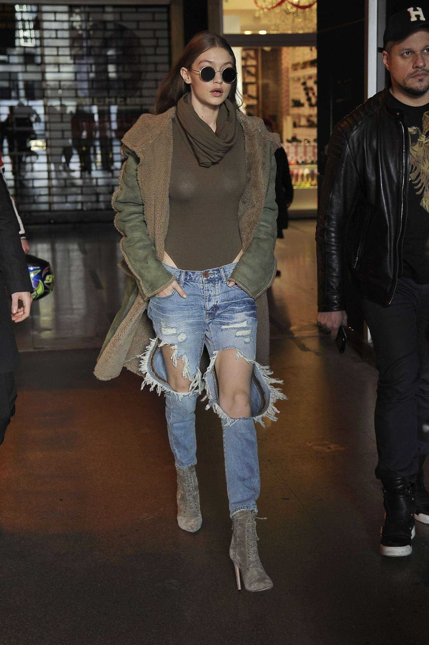 Gigi-Hadid-in-Ripped-Jeans-601