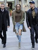 Gigi-Hadid-in-Ripped-Jeans-602