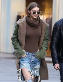 Gigi-Hadid-in-Ripped-Jeans-603
