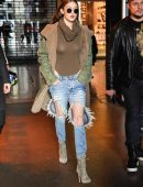 Gigi-Hadid-in-Ripped-Jeans-607
