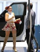 Ariel-Winter-in-Floral-Print-Shorts-2