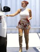 Ariel-Winter-in-Floral-Print-Shorts-7